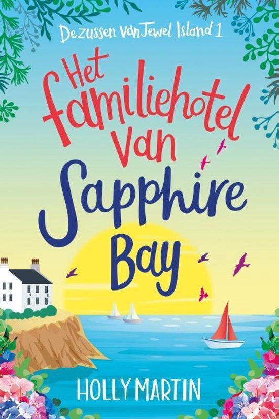 Cover van Het familiehotel van Sapphire Bay. We zien een landschap met aan de linkerkant een wit hotel dat aan een afgrond staat. Rechts zien we water met enkele bootjes en een ondergaande zon.